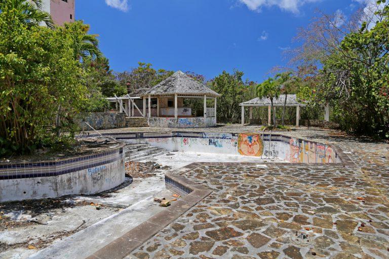SXM - Beach day and resort ruins (1)